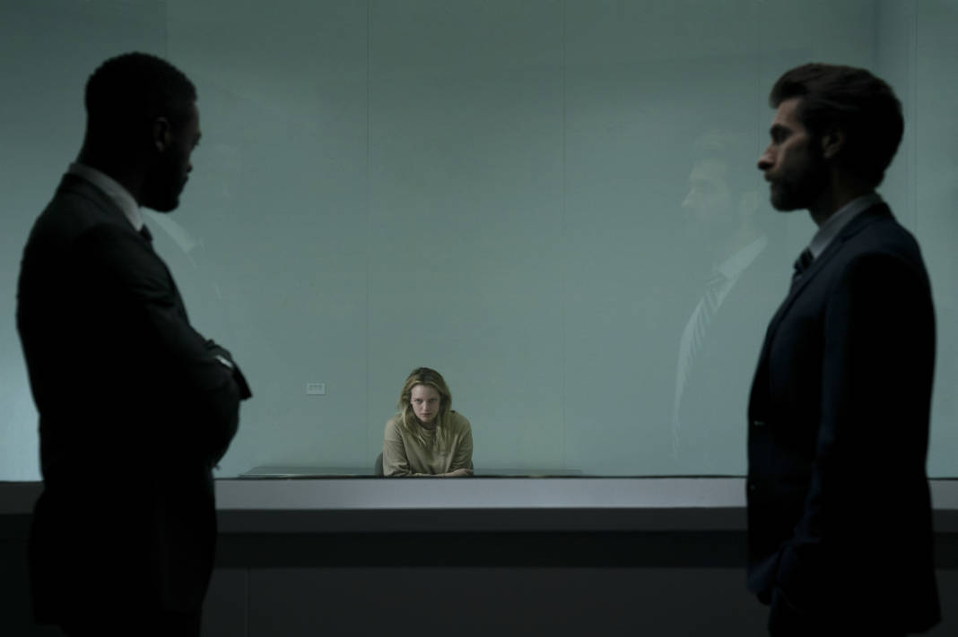 James Lanier (Aldis Hodge), Cecilia Kass (Elisabeth Moss) and Detective Reckley (Sam Smith) in The Invisible Man.