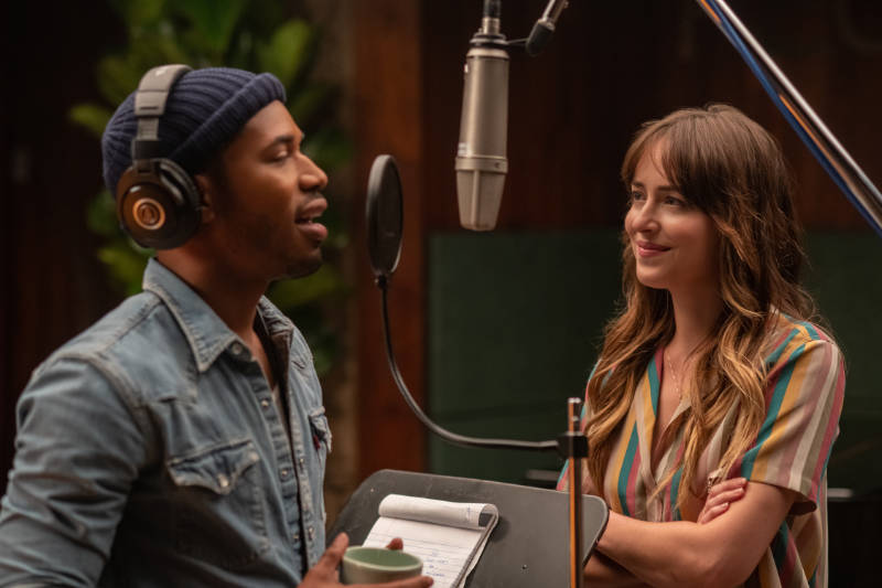 Kelvin Harrison Jr. stars as David Cliff and Dakota Johnson as Maggie Sherwoode in THE HIGH NOTE.