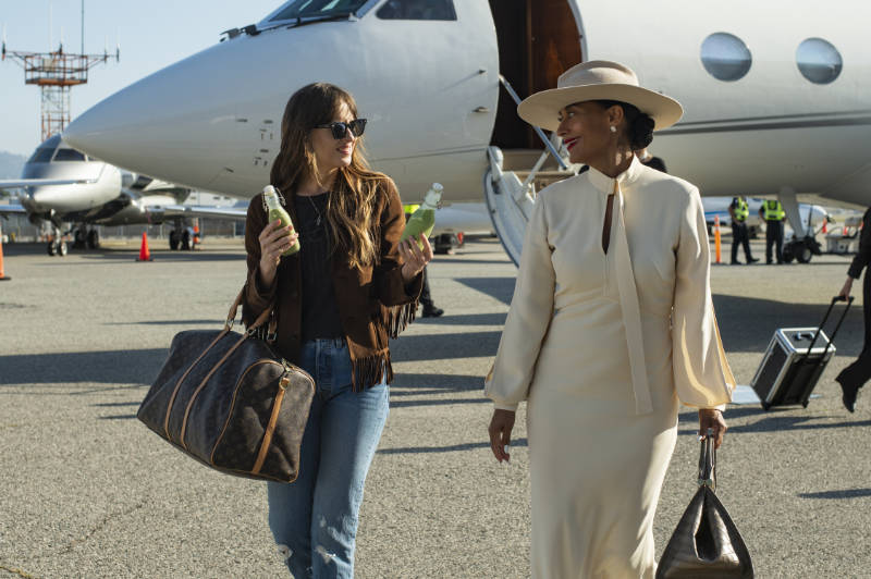 Dakota Johnson stars as Maggie Sherwoode and Tracee Ellis Ross as Grace Davis in THE HIGH NOTE, a Focus Features release.